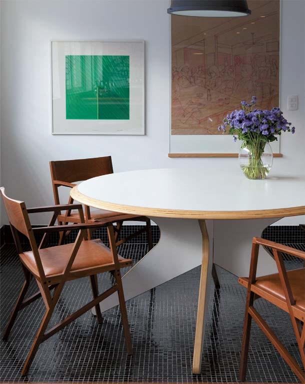 Tapete Sala De Jantar Mesa Redonda ~ mesa branca e cadeiras em madeira e estofado em couro mesa com tampo