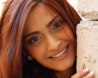 Bollywood Cute Girl Sonam Kapoor Wallpapers