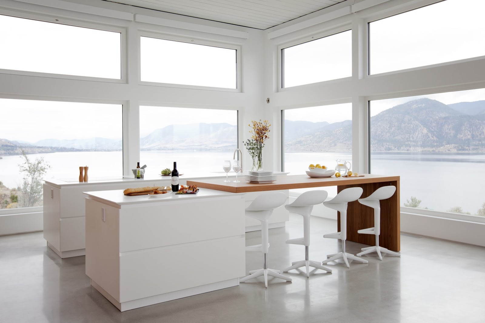 Dise ada tambi n para aprovechar y disfrutar las vistas for Mesas de cocina blancas y madera