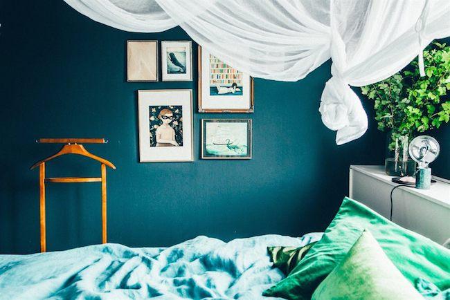 Cuisine Couleur Grise Et Bois : Plus soutenu dans la chambre, un bleu paon associé à des coussins en