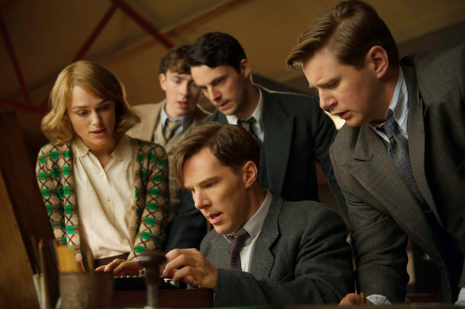 The Imitation Game - Keira Knightley (Joan Clarke), Matthew Beard (Peter Hilton), Matthew Goode (Hugh Alexander), Benedict Cumberbatch (Alan Turing) y Allen Leech (John Cairncross)
