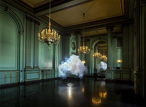 「cloud in room」は、Berndnaut Smildeによって制作された本物の雲が室内に展示されたアート作品。