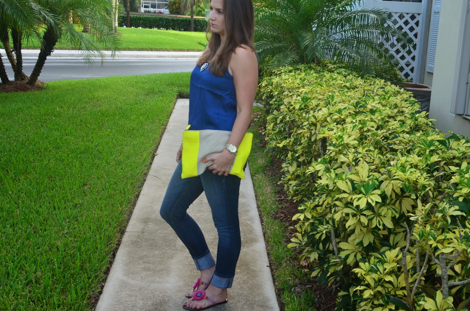 Skinny jeans - Blue top - yellow clutch - Emma & Sophia - arm party