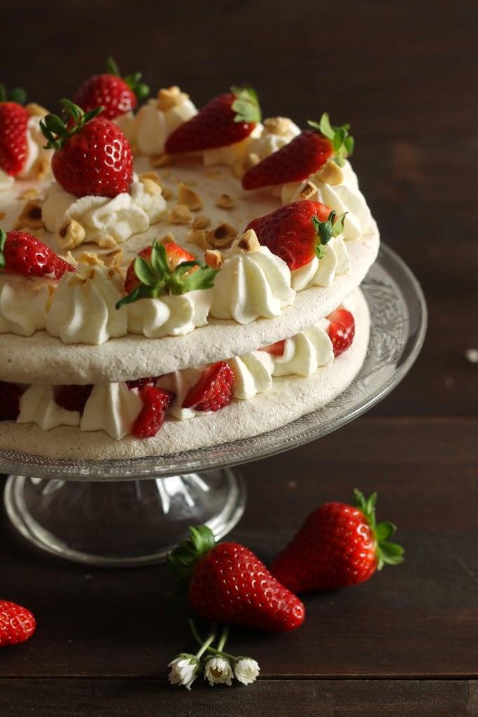 torta di meringa alle nocciole e fragole