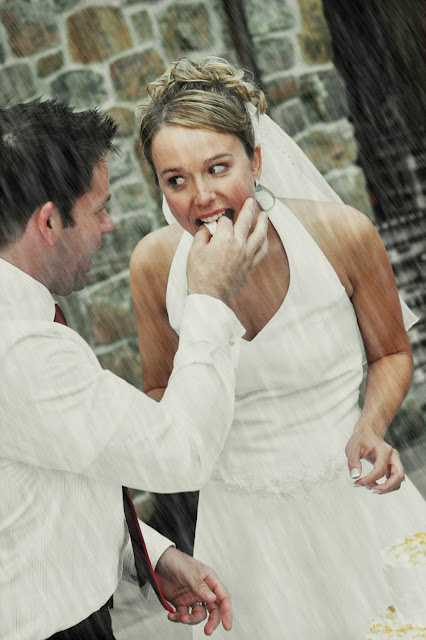 Свадебное фото: дождь, не мешай нам быть счастливыми вместе