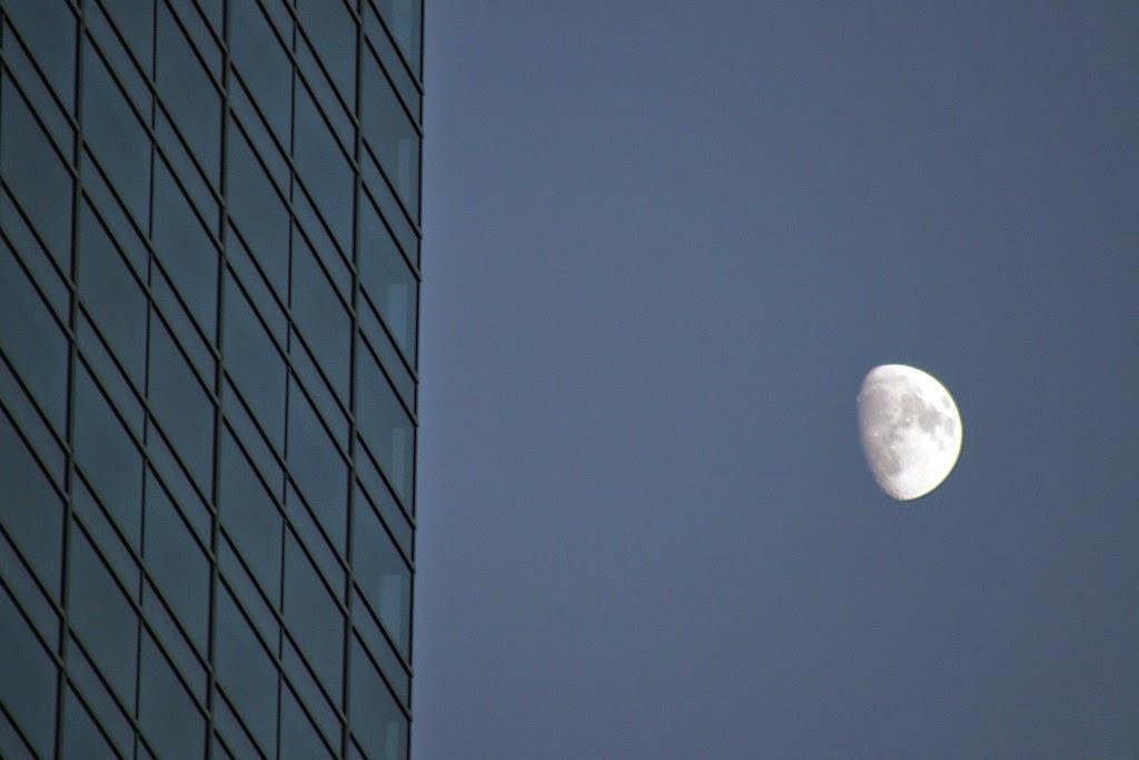 صورة مدهشة للقمر مع مبنى