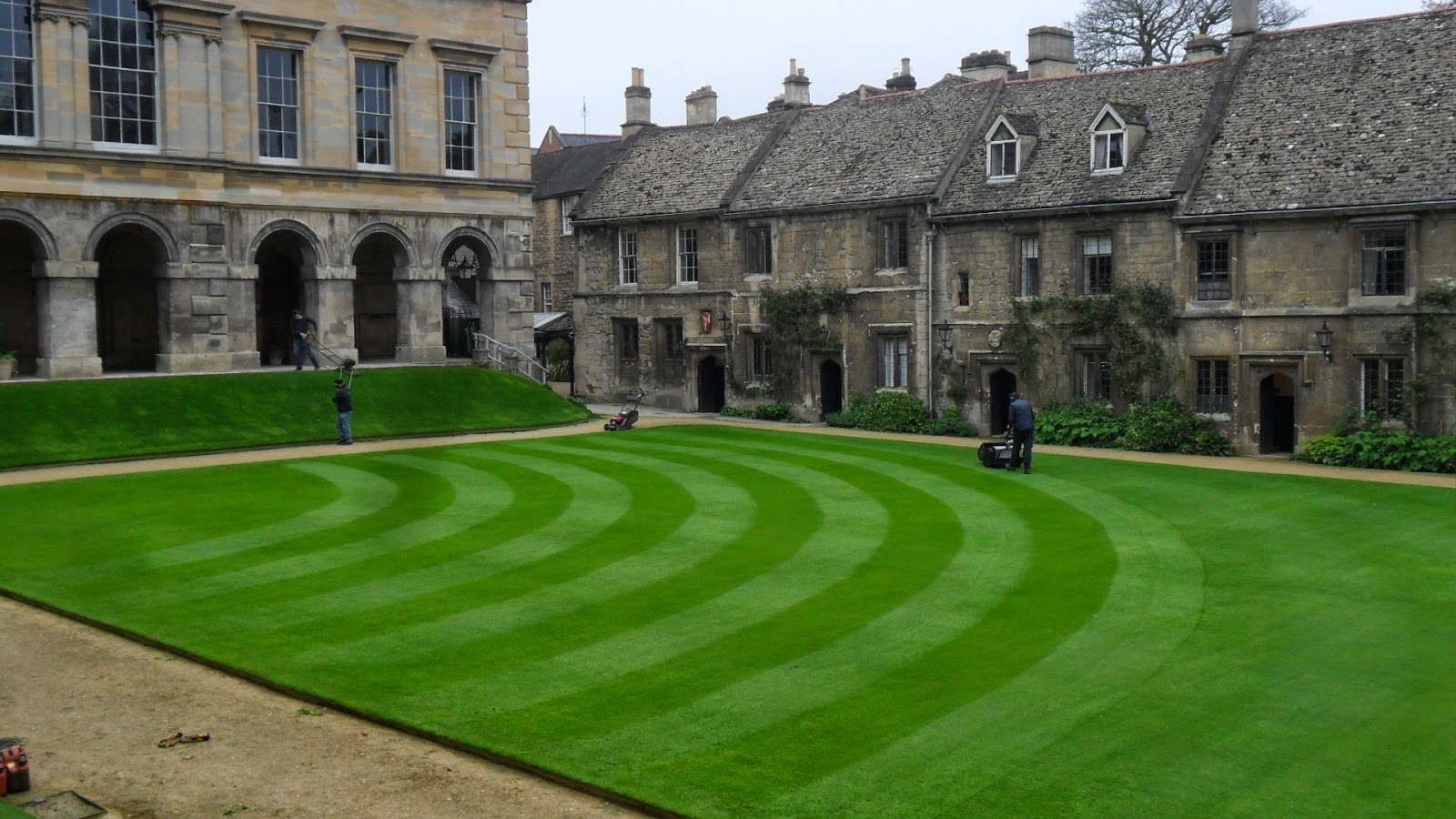 Worcester College Gardeners A New Pattern On The Quad Lawn