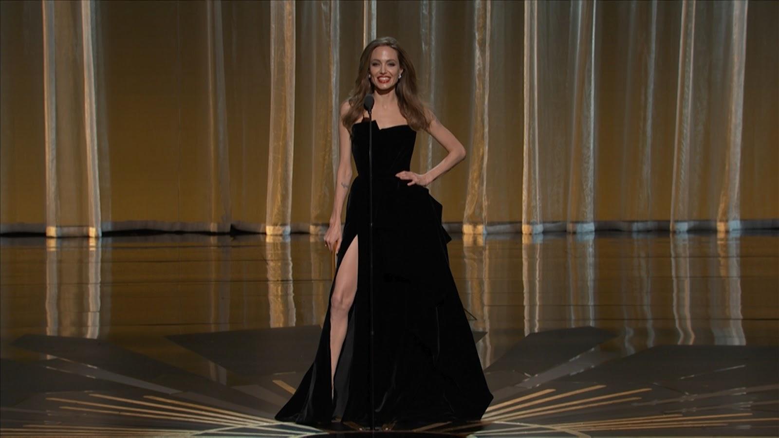 http://3.bp.blogspot.com/-GAQc4Jm98lA/T1suPiFGJ4I/AAAAAAAAAio/rrSVQrUA8Lw/s1600/Angelina_Jolie_Oscars_2012_1080i.mpg.Standbild003.jpg