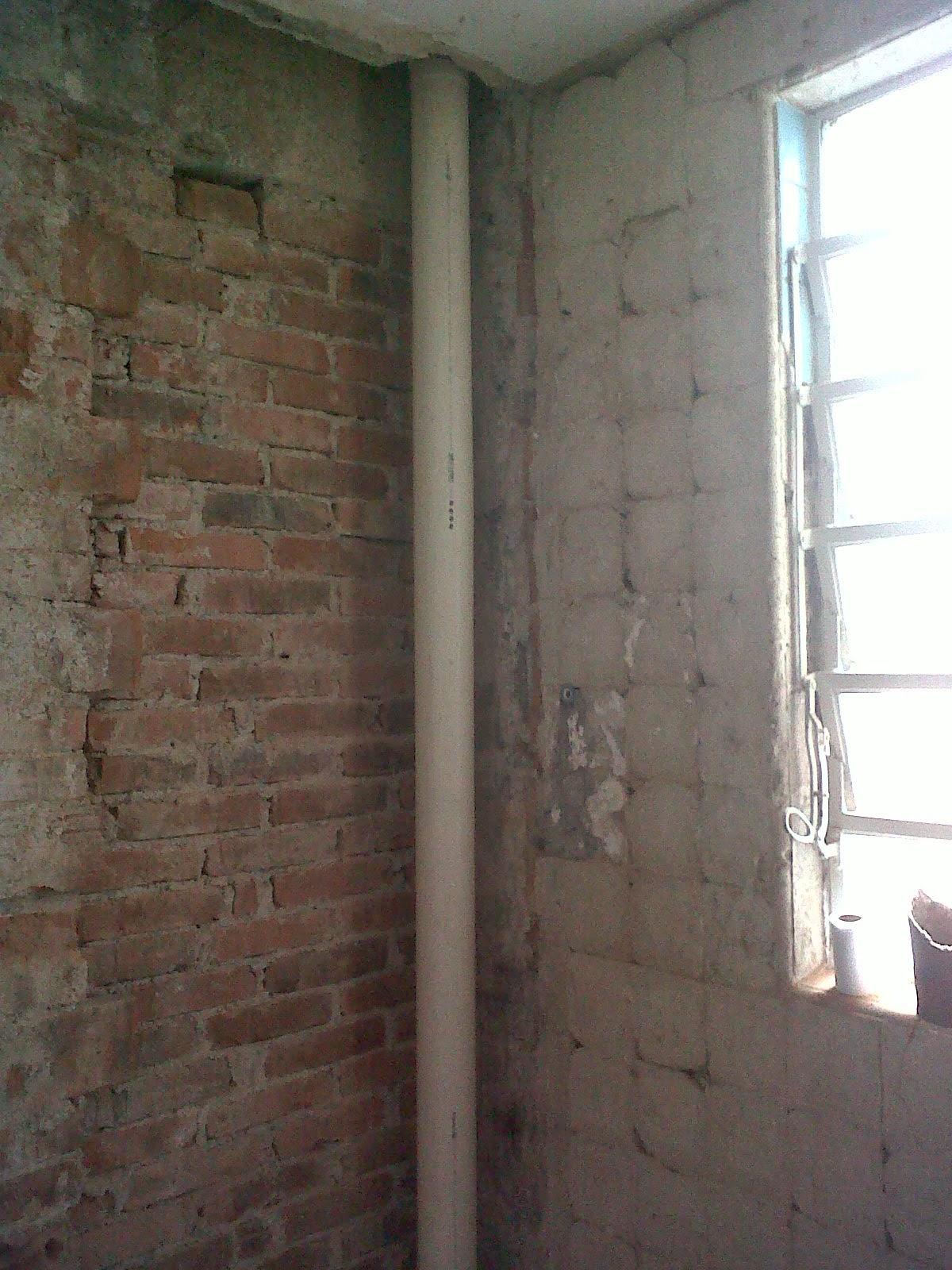 Cano novo instalado na futura obra no prédio não terão que passar  #5E4C40 1200 1600
