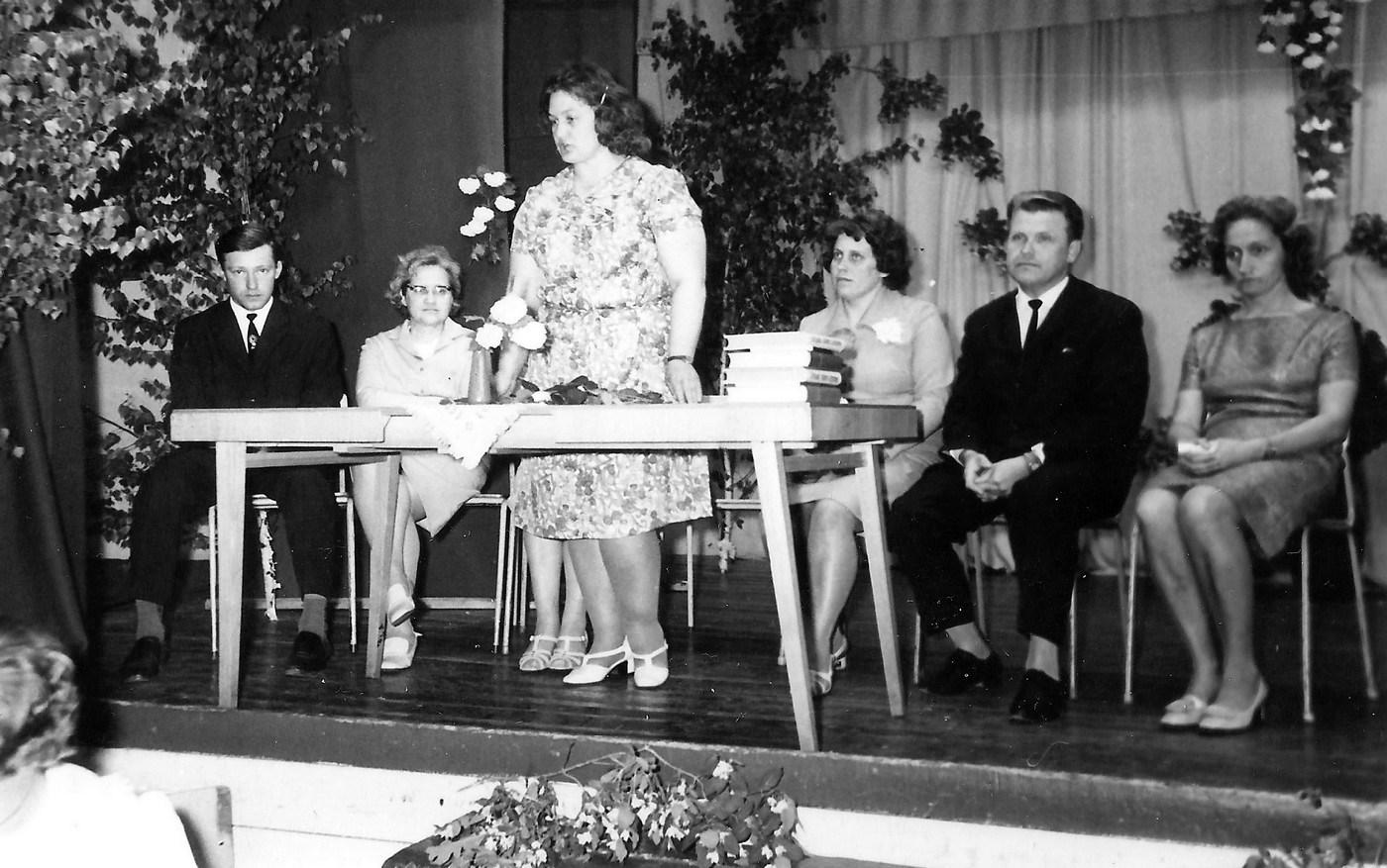 Skolotājas Arvīdas Miškas klases izlaidums 1970-tie gadi - 2