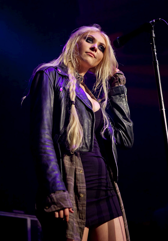 Taylor Momsen Performs Live at Hollywood Palladium