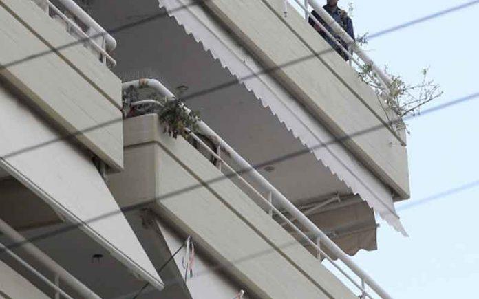 Πήγε να μπει από το μπαλκόνι για να κλέψει αλλά έπεσε στο κενό – Είχε προλάβει όμως να διαρρήξει 39 σπίτια