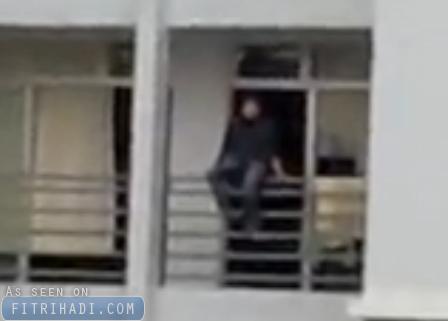 video cubaan bunuh diri terjun bangunan emerald park melaka