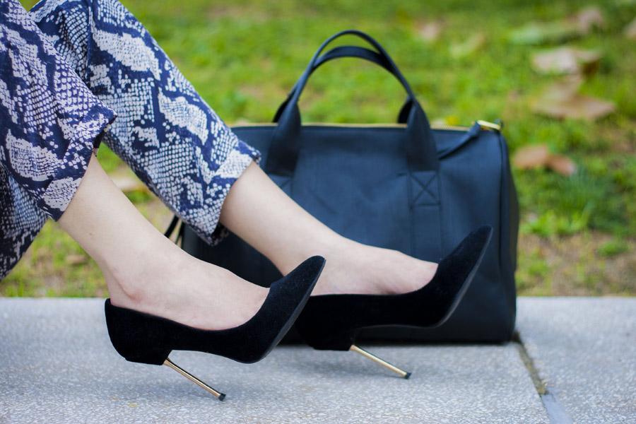stilettos negros y bolso de techuelas