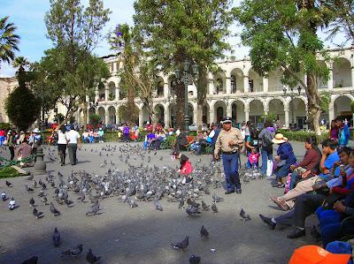 Soportales de la Plaza de Armas, Arequipa, Perú, La vuelta al mundo de Asun y Ricardo, round the world, mundoporlibre.com