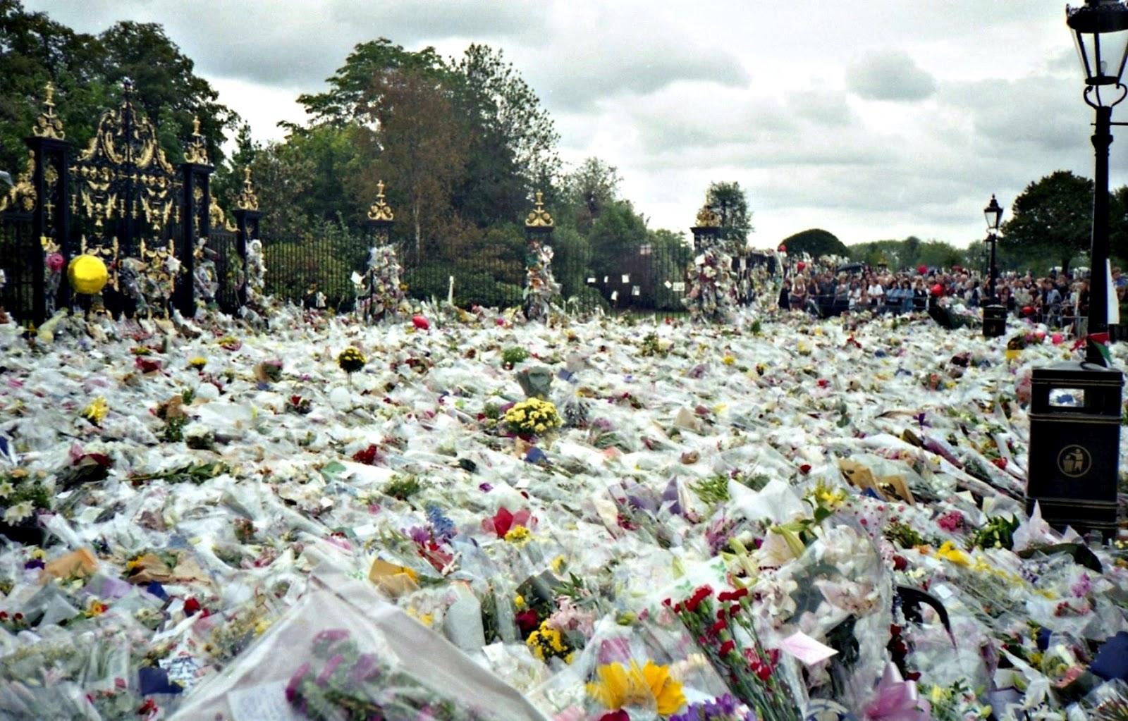 http://3.bp.blogspot.com/-GC_tQ4hG8k0/UAyMXTguHzI/AAAAAAAAAag/_FvO931JsuM/s1600/Flowers_for_Princess_Diana\'s_Funeral+kensington.jpg