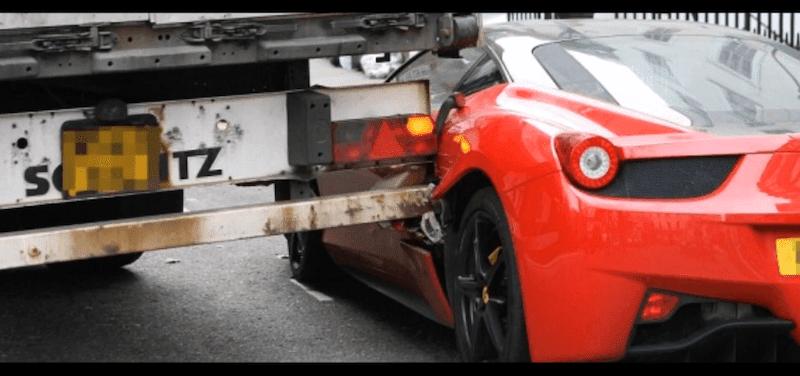 路上駐車されたフェラーリにトラックが衝突する事故