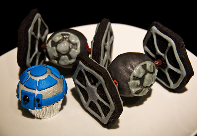 The Sugah Shack red velvet Tie fighter, Tie Fighter red velvet cup cake with almond cookies, starwars cupcakes, R2D2 cupcake