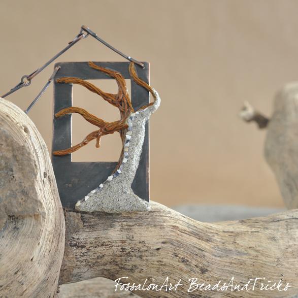 FossalonArt e Beads and Tricks, Albero - collana in rame, corda, sabbia e frammenti di conchiglie