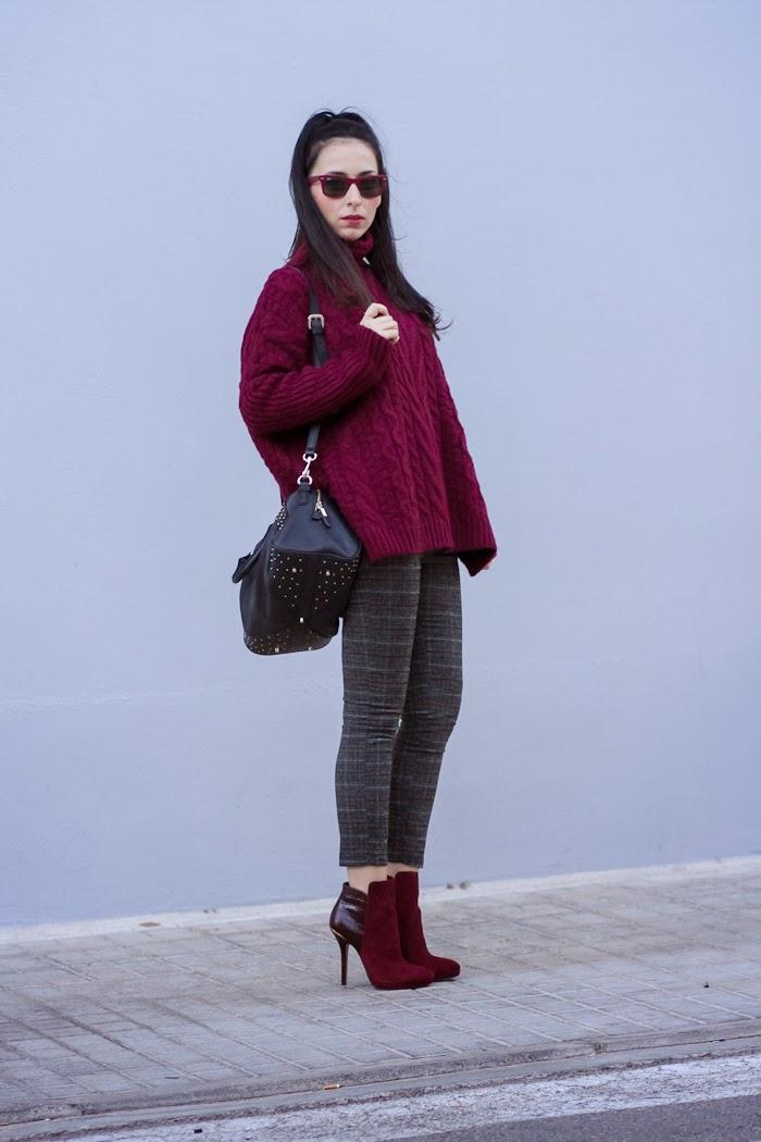 Blogger española con look abrigado para el invierno en colores Burgundy y gris