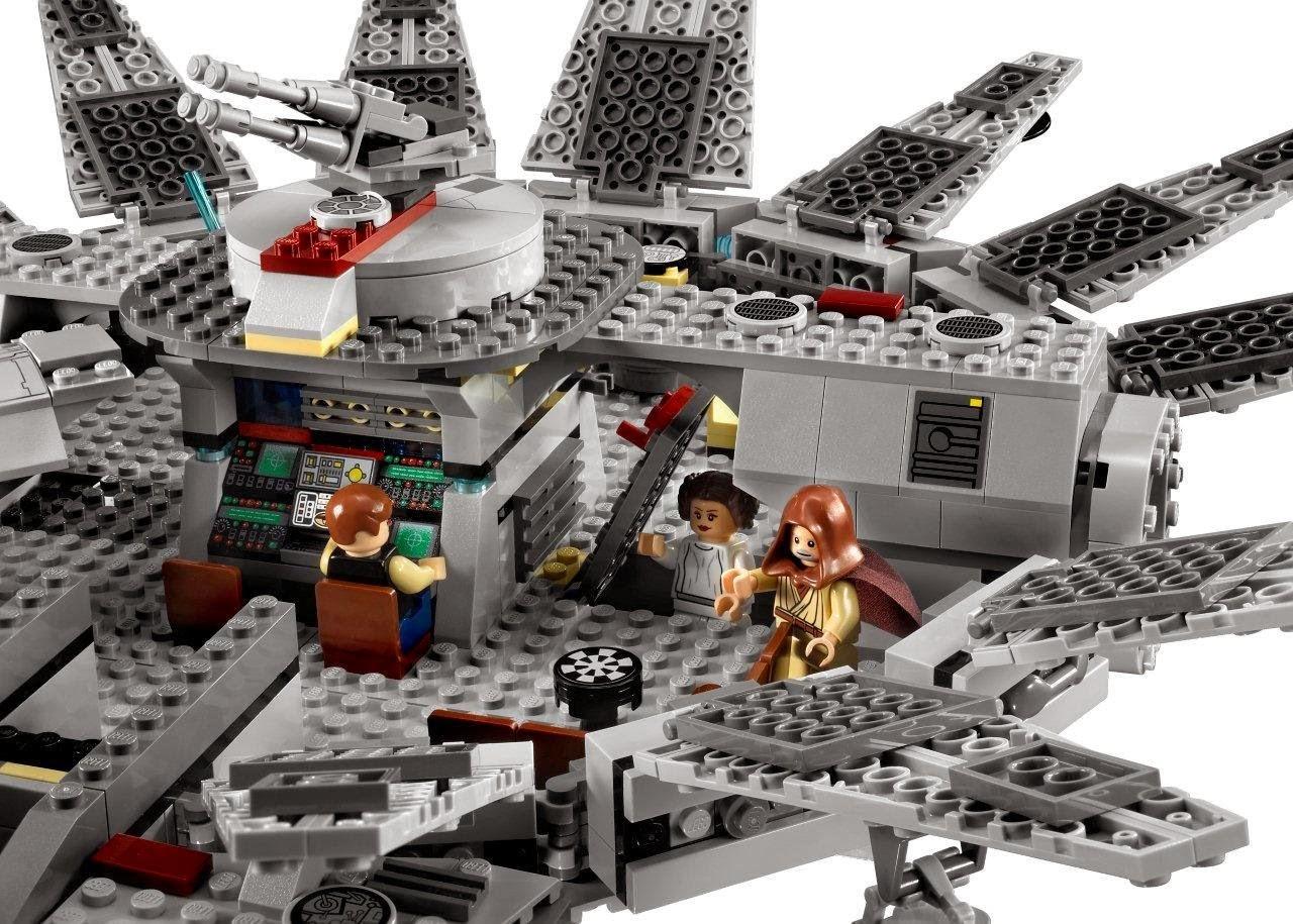 Detalle del interior y de como se abre la nave del Halcón Milenario de Lego Star Wars