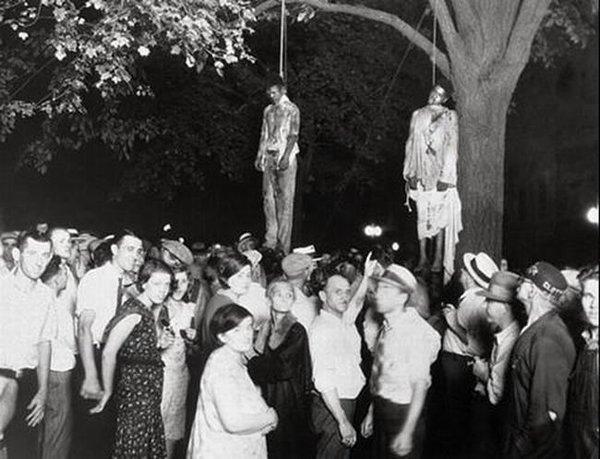 عجائب الدنيا وهل تعلم - وهي توضح إعدام اثنين من الرجال السود وتم تبريرها بكذبة أنهم اغتصبوا فتاة بيضاء.