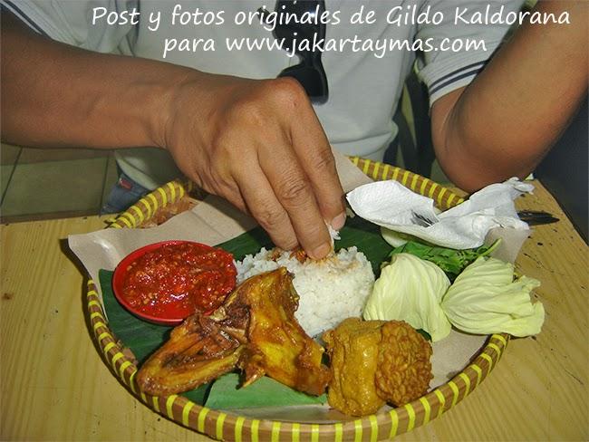 Comiendo con las manos en Indonesia