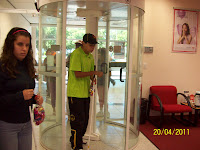 Allan passando pela porta giratória.