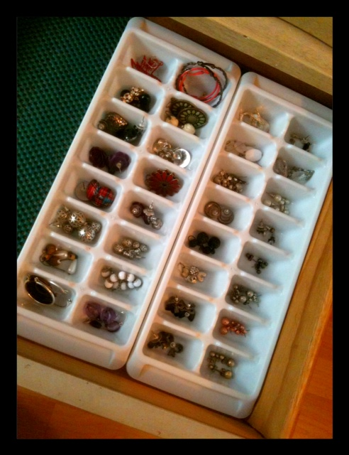 Superieur I Keep My Studs, Hoops, And Some Dangling Earrings In Ice Cube Trays. It  Makes It SO Easy To Keep Them Paired Up And Easy To Get To.