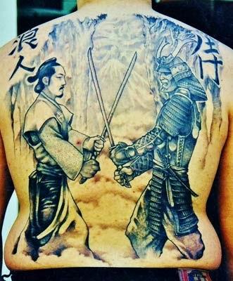 tattoo de samurai guerreiro com espadas em batalha