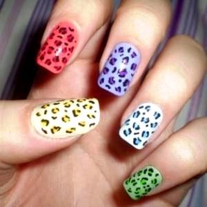 Diseño de uñas con distintos colores
