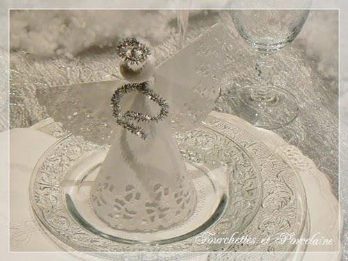 fourchettes et porcelaine table no l et la for t magique. Black Bedroom Furniture Sets. Home Design Ideas
