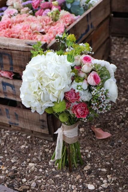 Ramo de novia con hortensias - Foto: Flores en el columpio