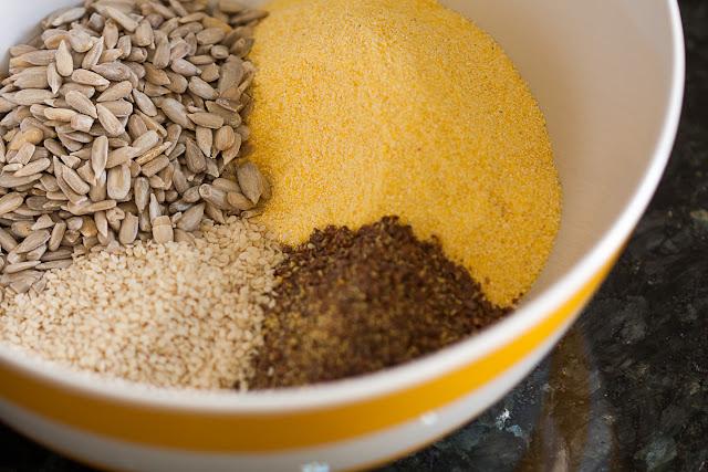 Brzi krekeri od kukuruznog brašna i sjemenki