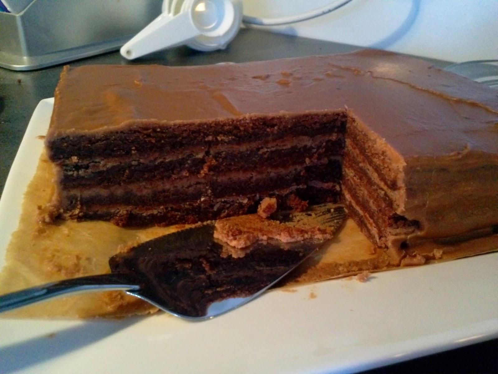 Sjokoladekake, fra kjøleskapet, første kakestykke. © Tor-Ivar Krogsæter
