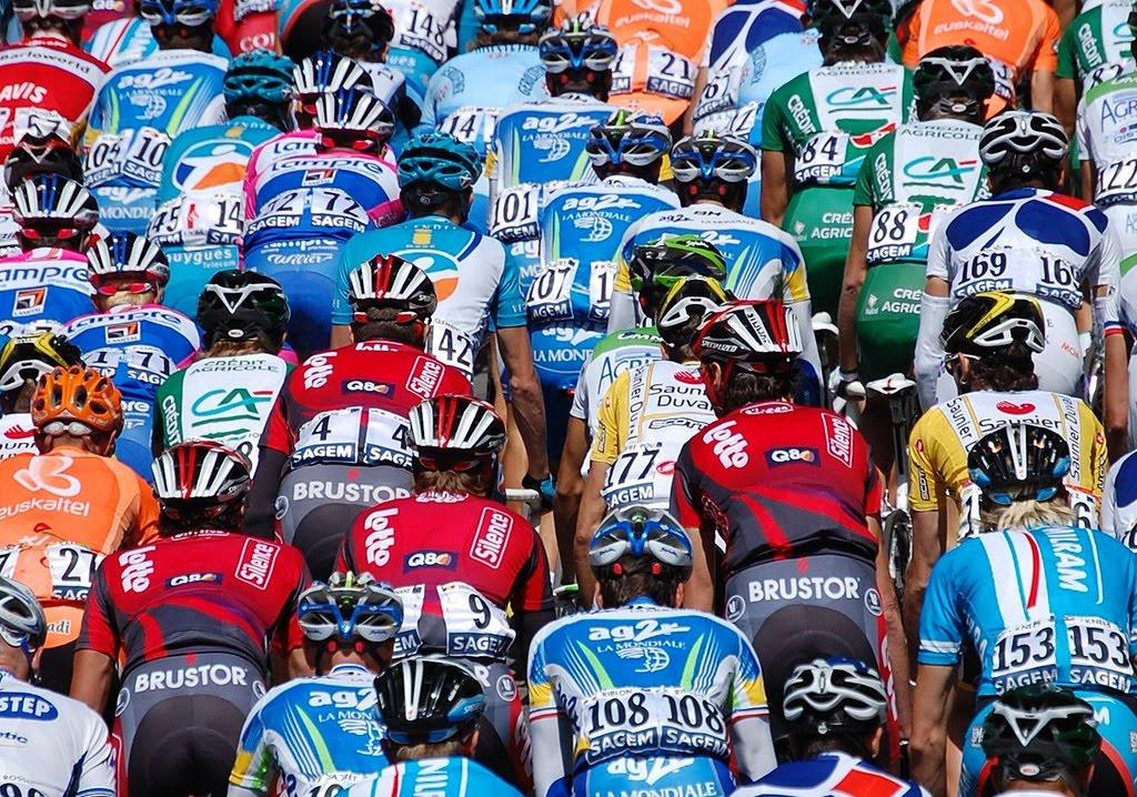 Le peloton de coureurs cyclistes et leurs maillots sponsorisés