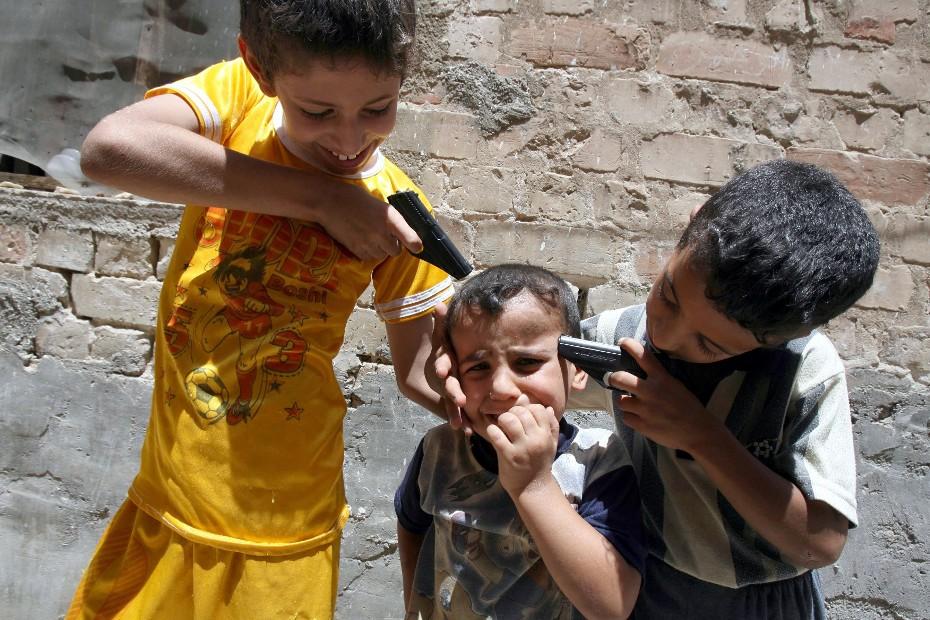 "Hadi Mizban, ""Children at play"" (Niños jugando a ser ""adultos""...) Bagdad, Iraq, Julio 2007."