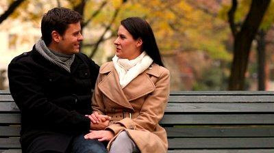 مواضيع وامور يجب مناقشتها قبل الزواج - حبيبان على كرسى مقعد الحديقة -  man and woman sitting on a bench
