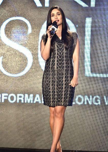 Kareena Kapoor thighs visible