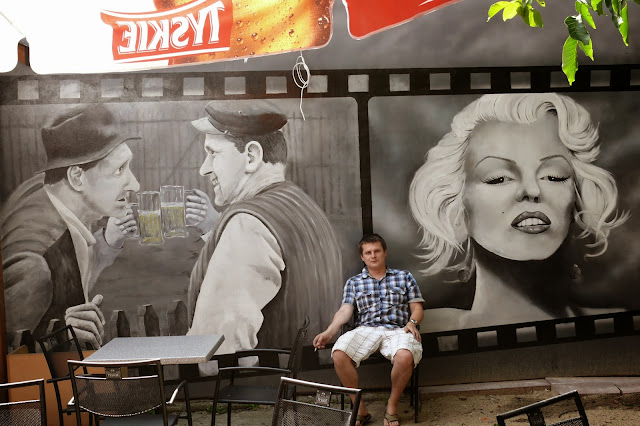 Warszawa, aranżacja baru, malowanie ścian w barze, czarno-biały mural ścienny malowany na ścianie,