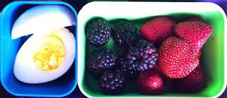 التوت والبيض المسلوق وجبة خفيفة صحية