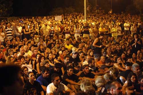 Κύπρος: Οι ειρηνικές διαμαρτυρίες συνεχίζονται: 15.000 εχθές στο προεδρικό