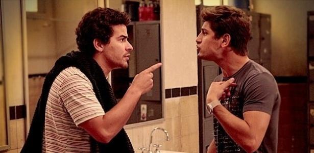 Em 'Avenida Brasil', Leandro bate em Roni ao saber que ele se casará com Suelen (Foto: Divulgação/TV Globo)