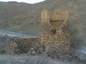 حصن المدهك برج أثري في واجهة الوادي يعود بناءه إلى حروب قبلية قبل مئات السنوات