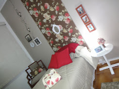 Visual geral - Tecido parede, cadeira restaurada, arranjo floral e almofadas
