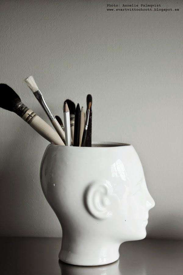 vitt porslinshuvud, skrivbord, detalj, detaljer, penel, penslar, penna, pennor, svart och vitt, svartvita,