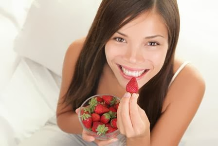 woman-eating-strawberries-good-skin-vert - Delicious Aphrodisiacs For More Exciting Sex