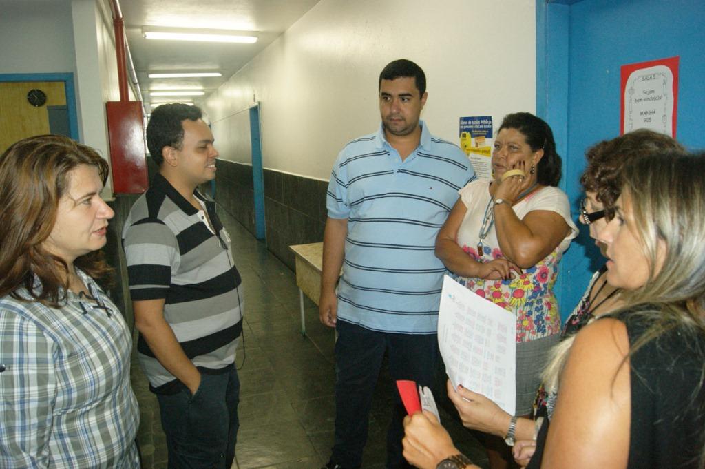 No C. E. Rose Dalmaso, o Secretário Leonardo Vasconcellos conversa com a equipe diretiva