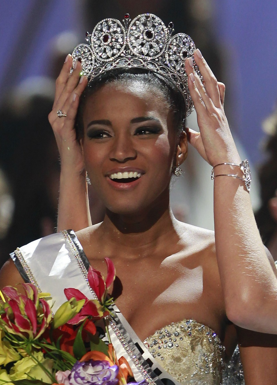Guapa o Fea 158370-miss-angola-leila-lopes-is-crowned-by-miss-universe-2010-ximena-navarr