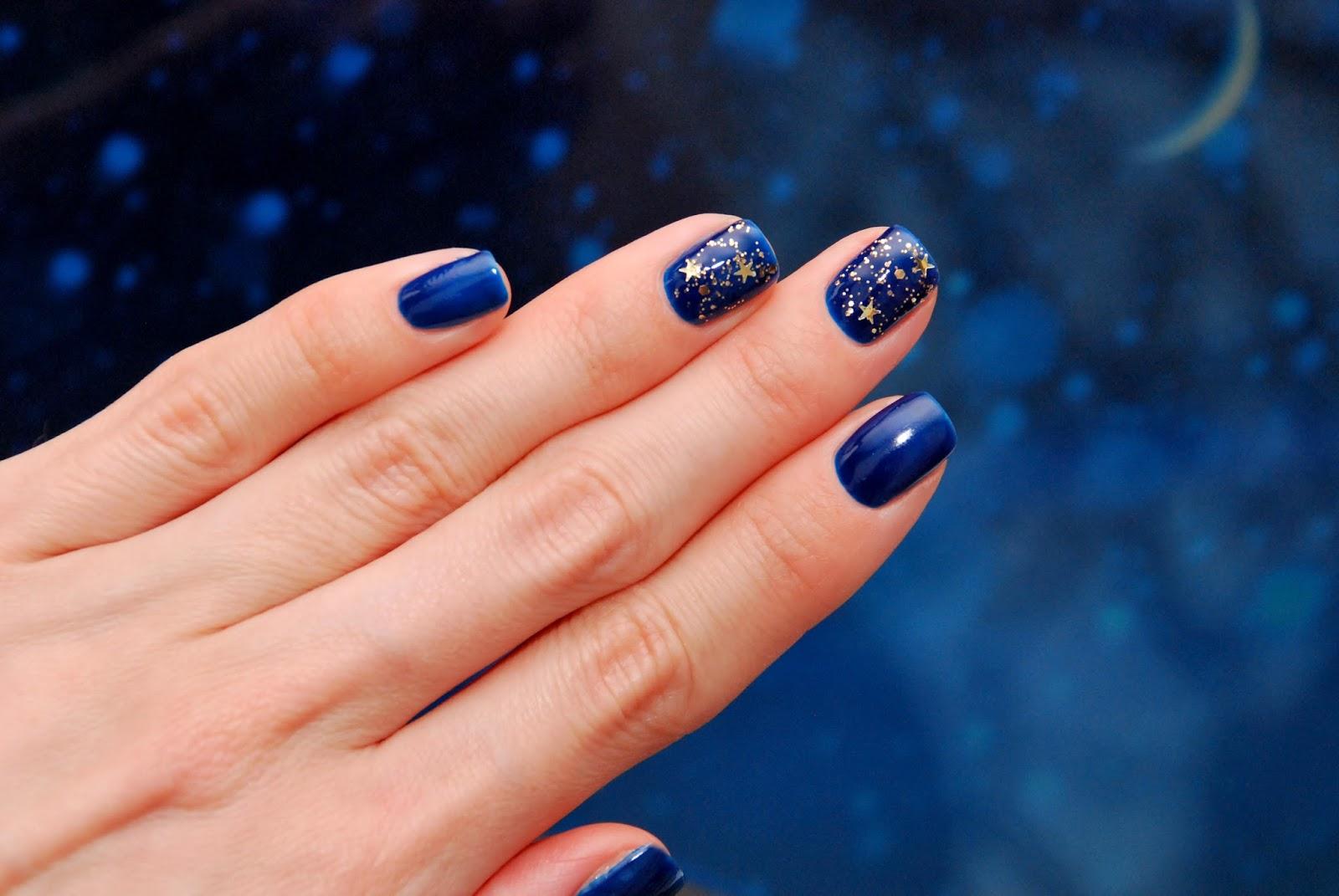 Фото ногтей с синим гель лаком и золотыми